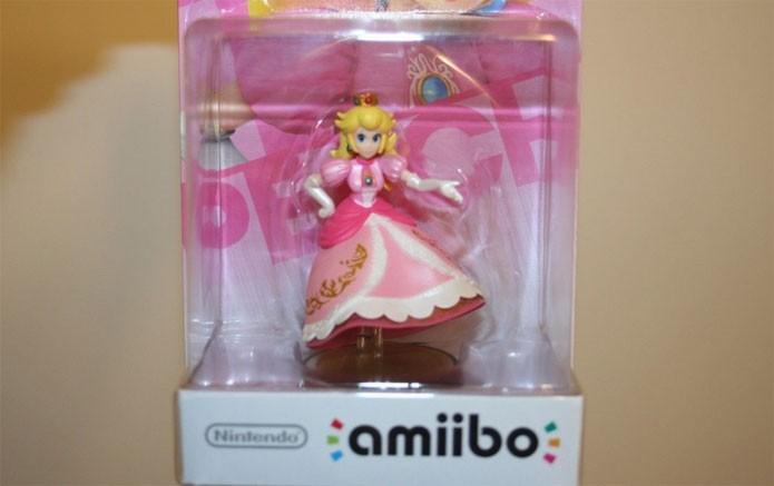 Amiibo defeituoso da Peach veio sem pernas (Foto: Reprodução/eBay)