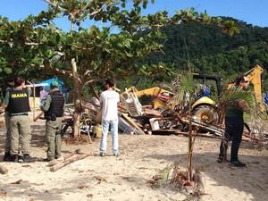 Barracas foram construídas de forma irregular (Foto: Marcos Landim/TV Rio Sul)
