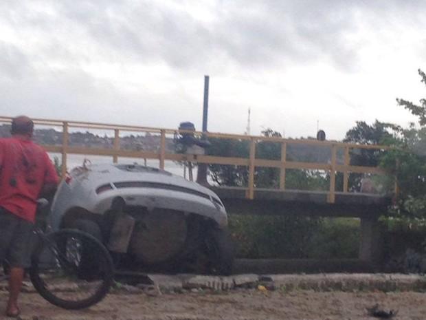 Carro cai na lagoa em Cabo Frio (Foto: Cris Mello)