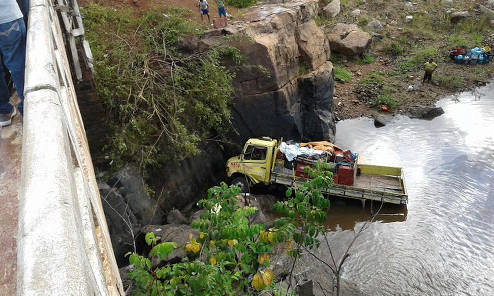 Caminhão saiu da pista e foi parar na água (Foto: Frank Cardoso/Portal Boca do Povo)