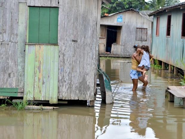 Famílias que permanecem no local, dizem temer doenças e afogamentos  (Foto: Vanísia Nery/ G1)