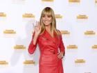 Heidi Klum usa look todo vermelho em festa de revista