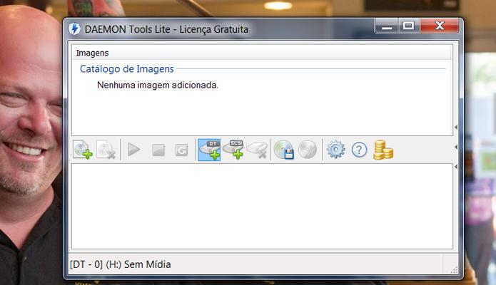 Clique no ícone de driver escrito DT para adicionar uma unidade virtual no seu computador, utilizada para abrir arquivo