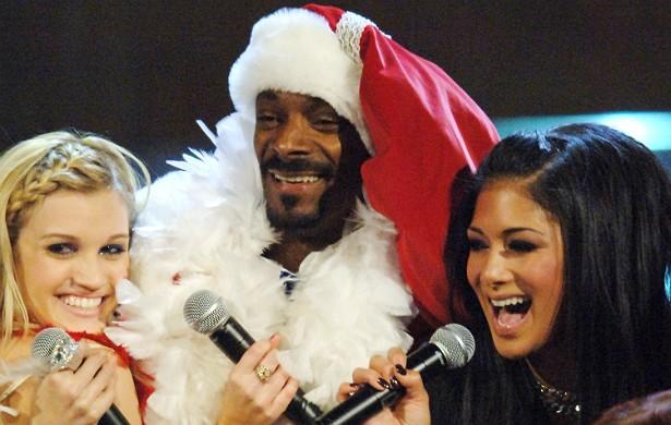 No Radio Music Awards 2005, ocorrido em dezembro, o rapper Snoop Dogg se vestiu de Papai Noel para cantar com a hoje extinta banda Pussycat Dolls. Ele parece estar gostando muito da situação. (Foto: Getty Images)
