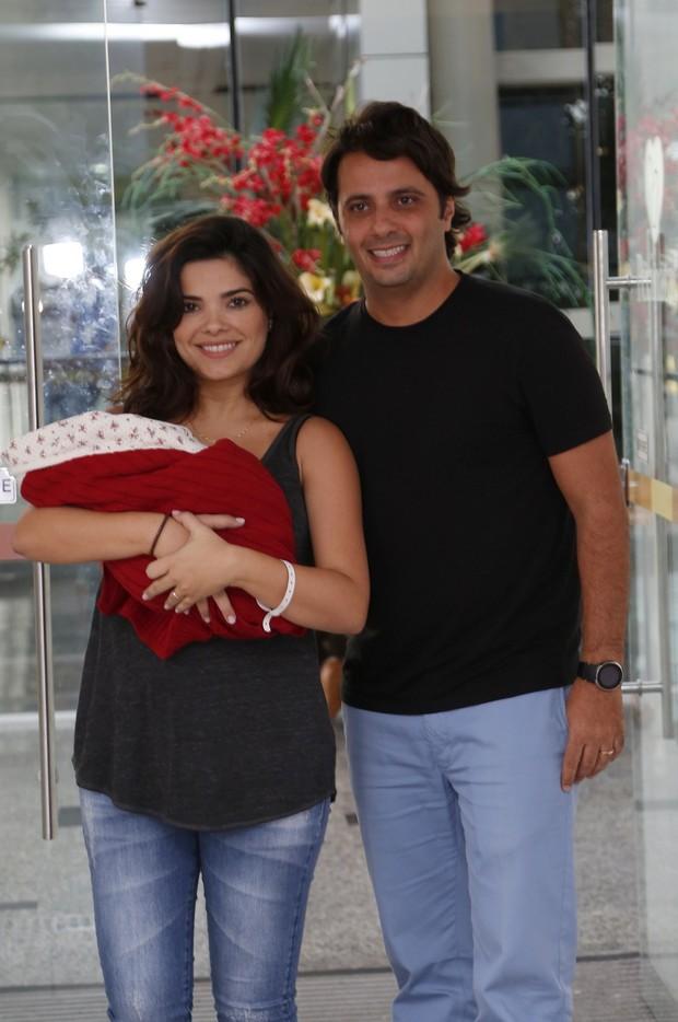 Vanessa Giácomo deixa maternidade com marido e a filha (Foto: Felipe Assumpção / AgNews)