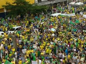 Manifestantes saíram da Praça Santos Andrade com destino à Boca Maldita (Foto: Reprodução/ RPC)