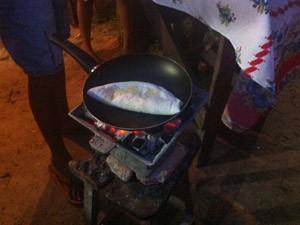 Cozinheira prepara tapioca em fogareiro (Foto: Clarissa Carramilo/G1)