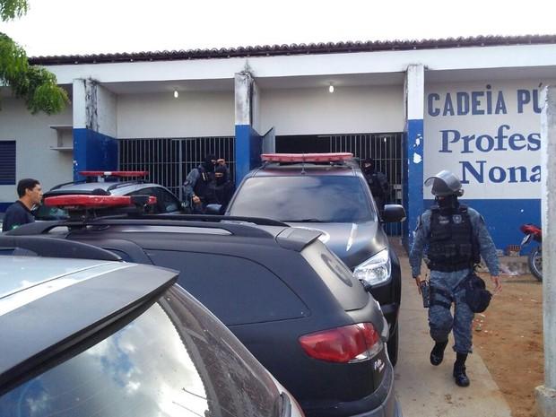 Policiais em frente ao presídio Raimundo Nonato, no Rio Grande do Norte, onde ocorreu rebelião (Foto: Maksuel Figueiredo/Inter TV Cabugi)
