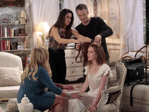 Leila ajuda a mostrar como o aplique ficaria (Foto: Amor à Vida/TV Globo)