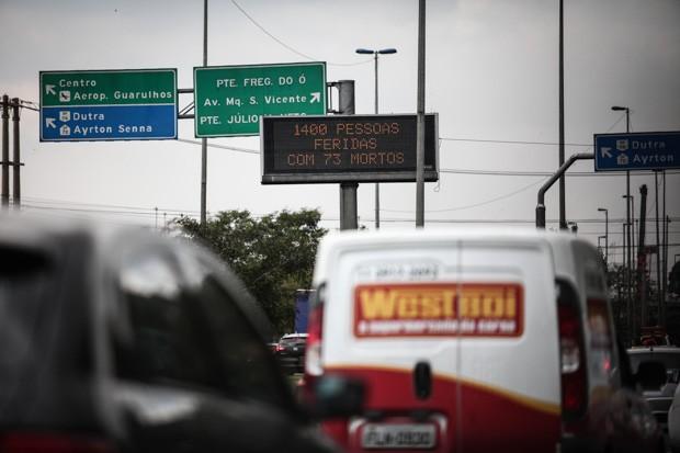 Painel eletrônico informa sobre números de acidentes nas Marginais no último ano (Foto: Fábio Tito/G1)