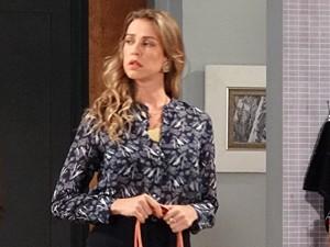 Vânia desconfia da demora de Felipe (Foto: Guerra dos Sexos/TV Globo)