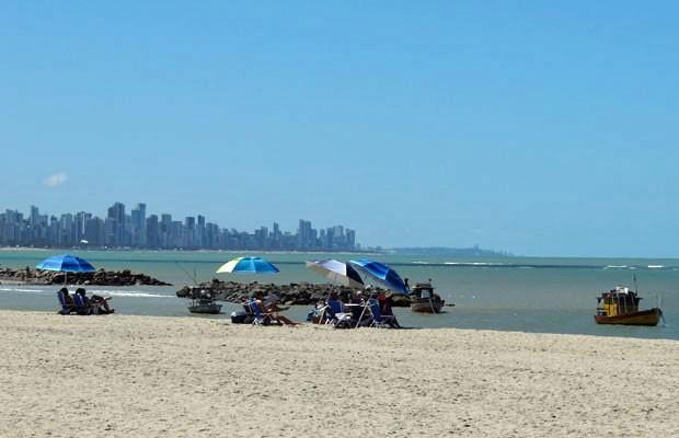 Orla de Candeias passou a contar com faixa de areia com largura de 35 a 40 metros (Foto: Luna Markman / G1)