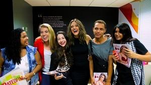 Juliana Paiva e fãs  (Foto: Gshow )