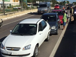 No viaduto de Bayeux, pelo menos três carro se envolveram em um engavetamento (Foto: Walter Paparazzo/G1)