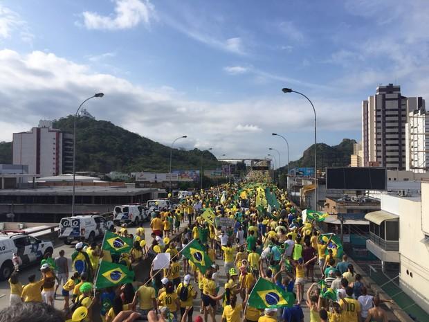 Manifestantes contra Dilma atravessam a Terceira Ponte (Foto: Victoria Varejão/ G1)