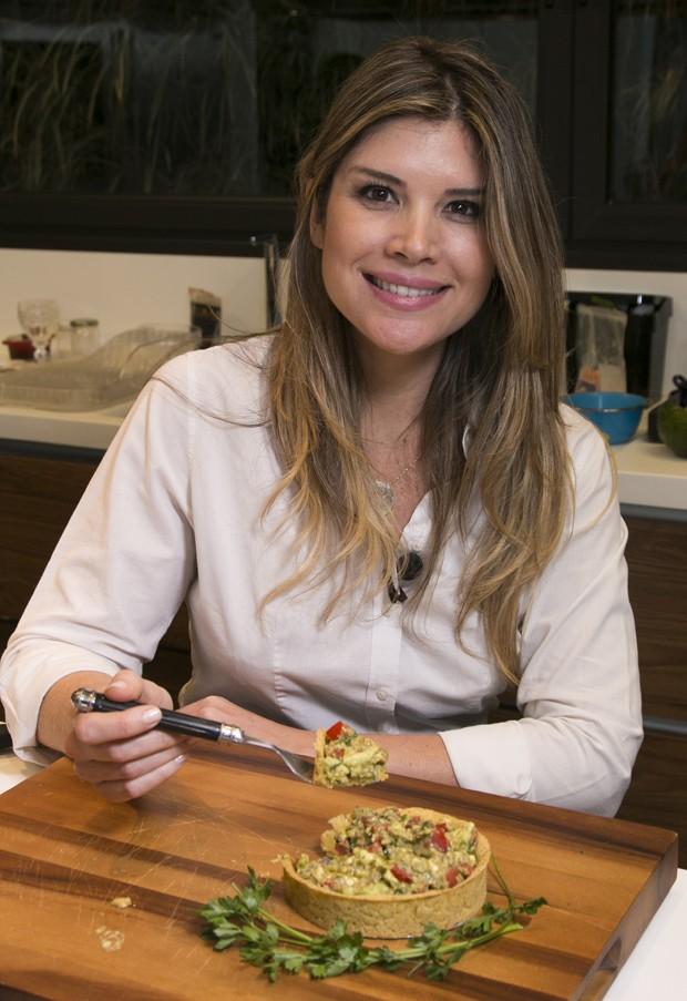 Alana Rox prova a torta de grão de bico com guacamole, receita que ela ensina a fazer em vídeo (Foto: Marcos Rosa/Editora Globo)