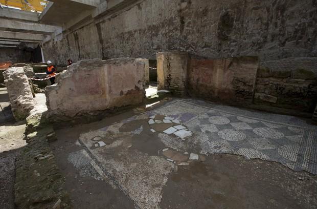 Instalação militar está no local onde seria construída uma das estações da futura linha C do metrô de Roma (Foto: AP Photo/Alessandra Tarantino)