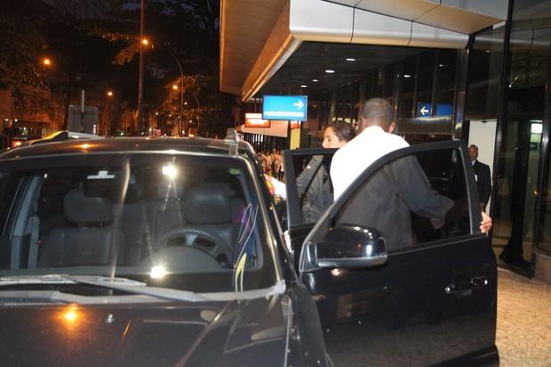 Camila Pitanga visita o seu pai, Antônio Pitanga, no hospital (Foto: Marcelo Sa Barreto / Agnews)