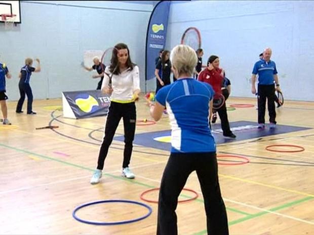 Kate Middleton pratica tênis com mãe de Andy Murray em evento de caridade (Foto: BBC)