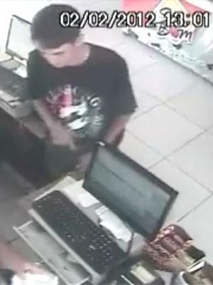 Nildemberg aparece na imagem anunciando o assalto no caixa da padaria, em Natal (Foto: Tribuna do Norte)