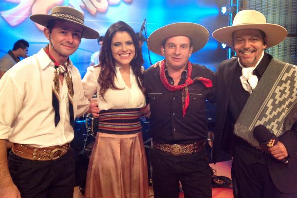 Gerson Fogaça, Shana Müller, Luiz Cláudio e Neto Fagundes posam para foto ao final da apresentação dos Garotos de Ouro  (Foto: Fernando Alencastro/RBS TV)