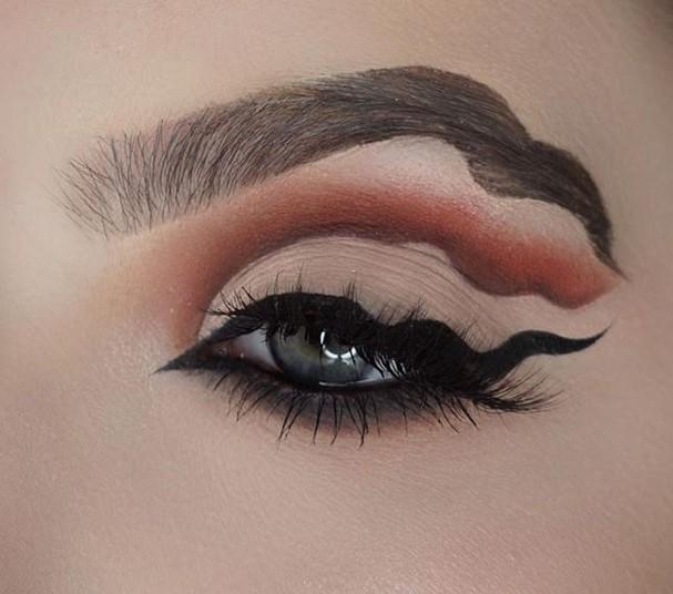 Delineado ondulado é a nova mania de beleza (Foto: Reprodução)