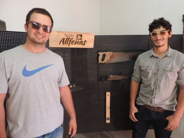 Amigos desenvolvem óculos de madeira (Foto: Renata Marconi/G1)