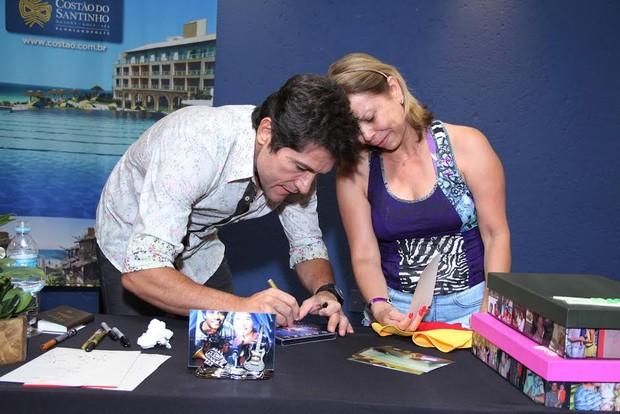 Daniel autografa um DVD  (Foto: Alex Palarea / AgNews)