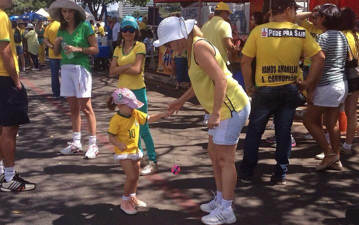 Famílias com crianças na maniferstação na Esplanada dos Ministérios