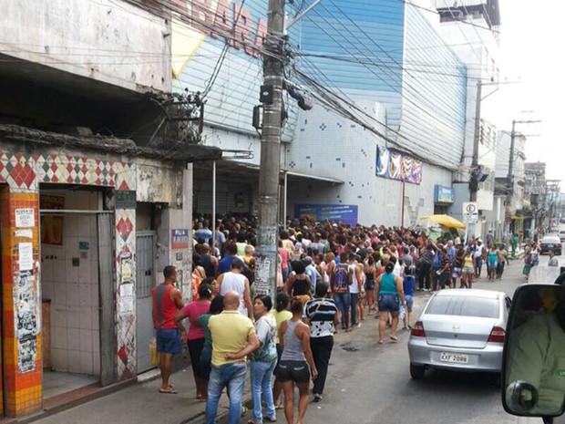 Em São João de Meriti, na Baixada Fluminense, muitos clientes esperavam a abertura dos portões (Foto: Rômulo Bittencourt / Arquivo Pessoal)
