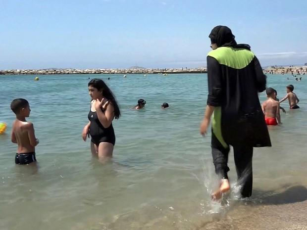 Depois do ataque em Nice cerca de 20 muncipios francs proibiram o uso de burquini nas praias Foto AP Photo File