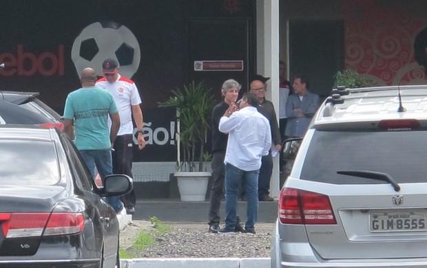 Paulo César Coutinho e Assis conversam no estacionamento do Ninho  (Foto: Richard de Souza / globoesporte.com)