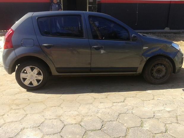 Carro roubado foi encontrado em bairro de Mongaguá (Foto: Divulgação/Policia Militar)