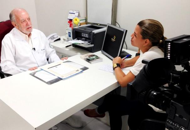 Repórter Denise de Medeiros entrevista médico que ajudou a atender a população (Foto: Gabriel Felipe | RBS TV)