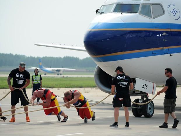 Oriundos de 31 países, 32 competidores mediram forças durante  Competição de Homem Mais Forte do Mundo (Foto: AFP)