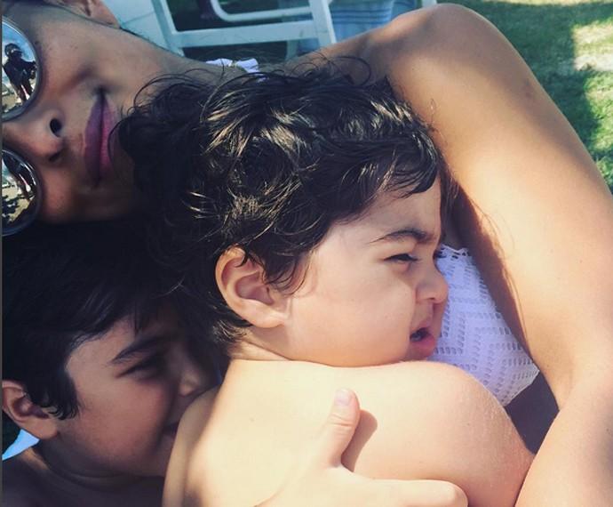 Ju Paes com os filhos na homenagem que fez em sua rede social no Dia das Crianças (Foto: Arquivo Pessoal)