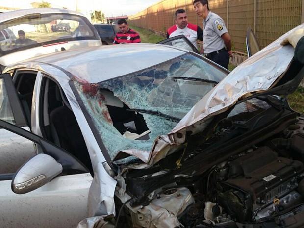 Carro furtado teve o para-brisas quebrado após impacto com motociclista (Foto: Polícia Militar/Reprodução)