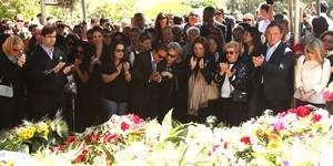 Sob aplausos, corpo de Hebe Camargo é enterrado em SP (Iwi Onodera/ EGO)
