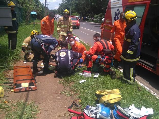 Homem é atendido por bombeiros e médicos do Samu após choque elétrico no Lago Sul (Foto: Corpo de Bombeiros/Divulgação)
