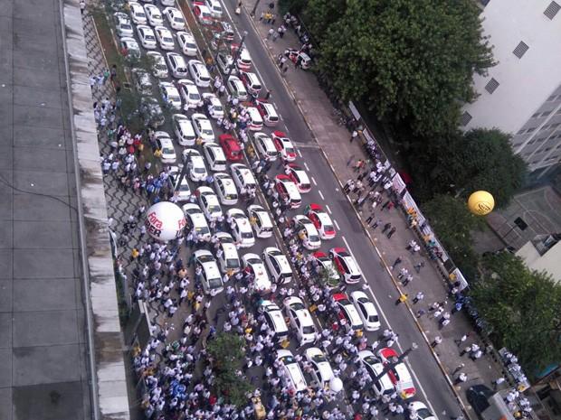 Taxistas fecham viaduto em frente à Câmara Municipal de SP (Foto: Carolina Dantas)