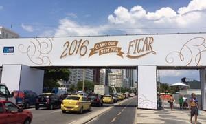 No Rio, brinde para receber 2016 anima comércio em Copacabana