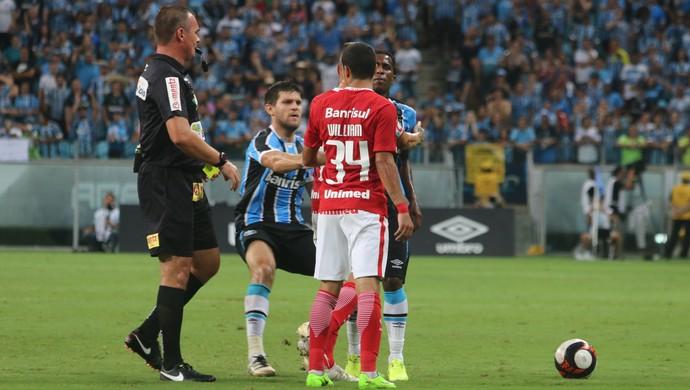 Kannemann puxa Bolaños para evitar confusão  (Foto: Diego Guichard)