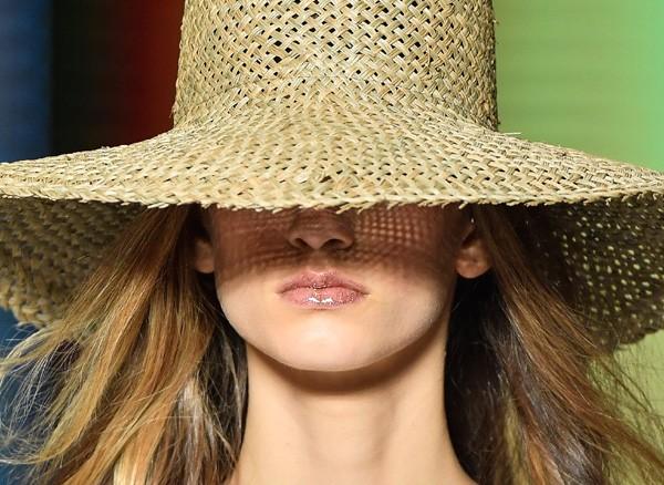 Na beleza da Osklen foi aplicado gloss e glitter nos lábios das modelos (Foto: Fotosite)