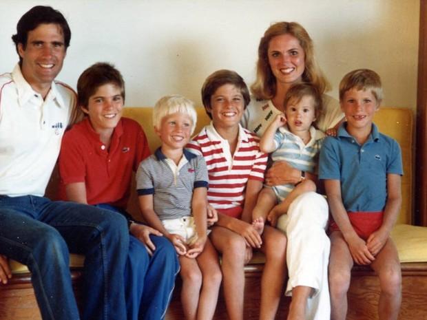 Romney com os filhos Tagg, Ben, Matt, Craig, Josh e a esposa Ann em férias de verão, em 1992 (Foto: AFP)