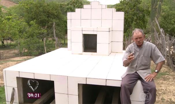 Seu Dezinho construiu o seu próprio túmulo na cidade de Cedro, sertão de Pernambuco.  (Foto: Reprodução/TV Grande Rio)