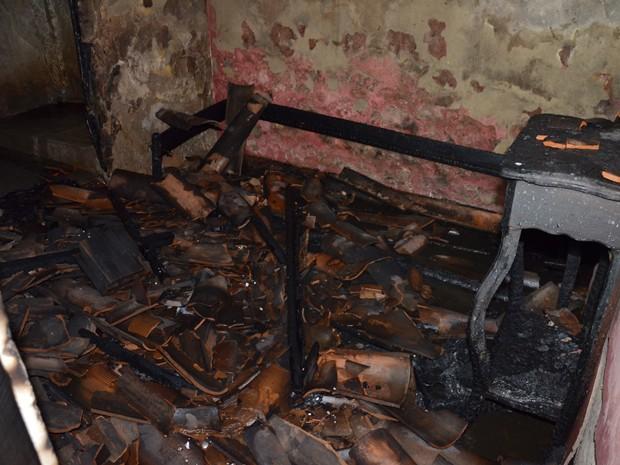 Móveis ficaram destruídos com o fogo (Foto: Walter Paparazzo/G1)