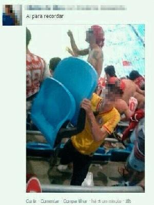Torcedor posa com cadeira arrancada na Arena do Grêmio (Foto: Reprodução)