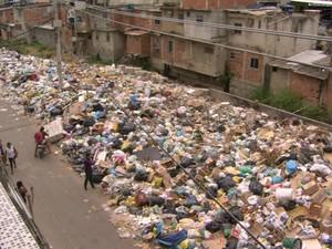 Gardênia Azul, na Zona Oeste, tem 'lixão' no meio da rua (Foto: Reprodução/TV Globo)