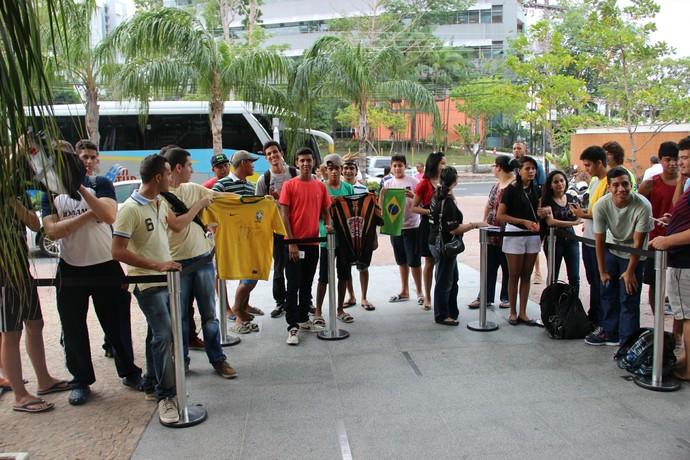 Público manauara - Seleção brasileira olímpica - Manaus, Hotel (Foto: Matheus Castro)