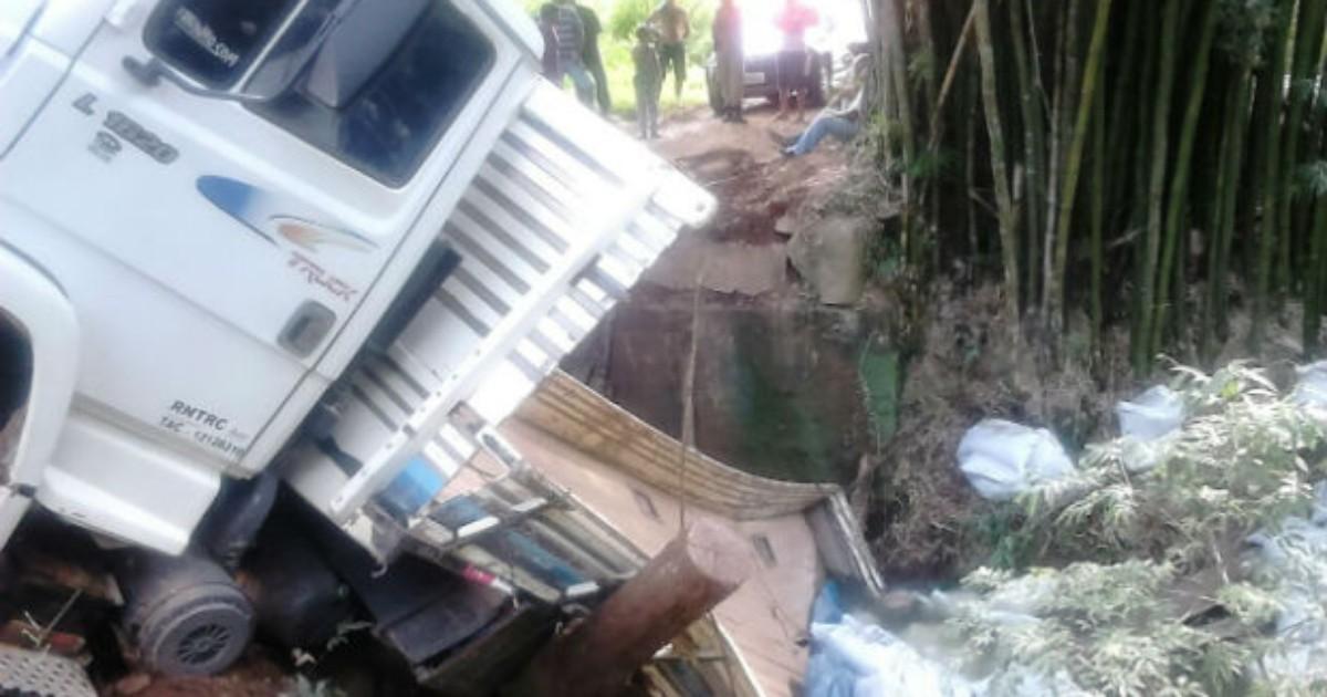 Ponte não suporta peso de caminhão carregado e veículo cai em rio ... - Globo.com